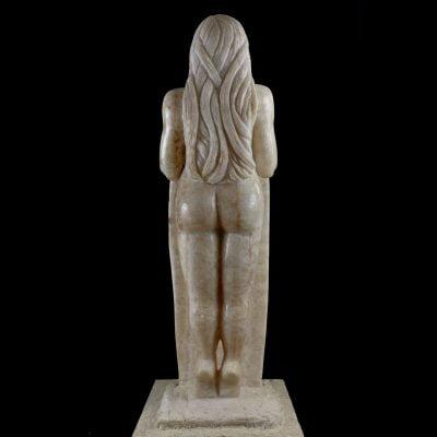 Femme au bouclier : la Paix, sculpture en onyx (130x37x40cm)