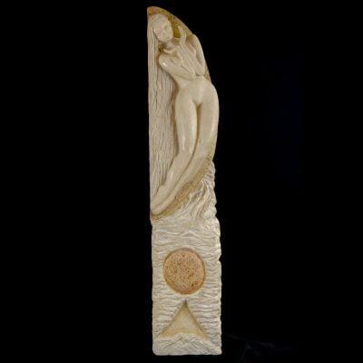 Femme dans la lune, sculpture en calcaire de bourgogne (98x20x15cm)