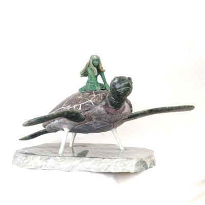 Le voyage, sculpture d'une femme sur une tortue