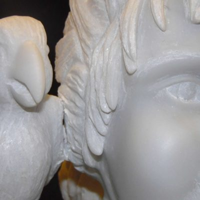 Petite fille au perroquet, sculpture en Albâtre de Volterra (60x31x24cm)