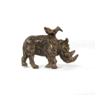 Le rhinocéros et l'oiseau, sculpture en bronze (4x6x3cm)